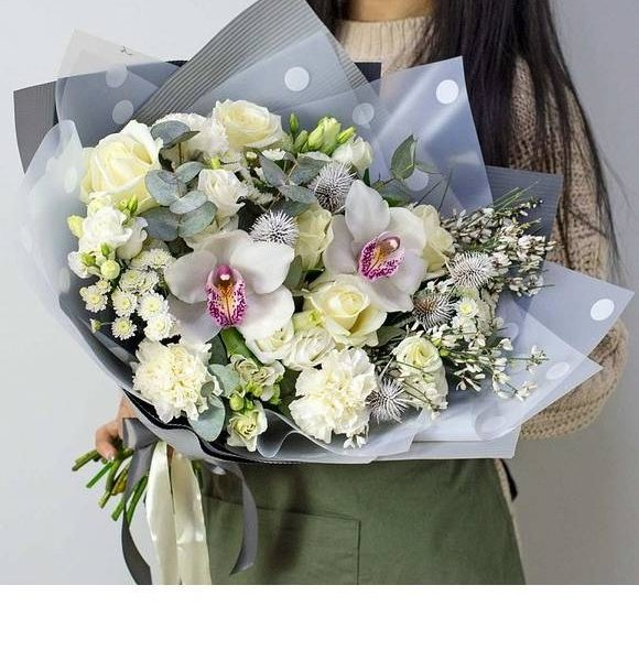 ramo elegante compuesto por orquidea cymbidium y flor variada